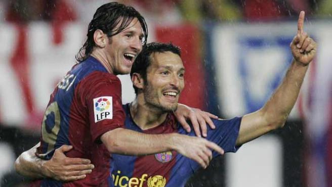Messi y Zambrotta celebran un gol del Barcelona en el Calderón. (Reuters)
