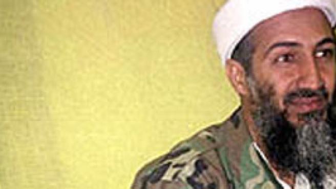 Bin Laden al lado de un Kalashnikov.