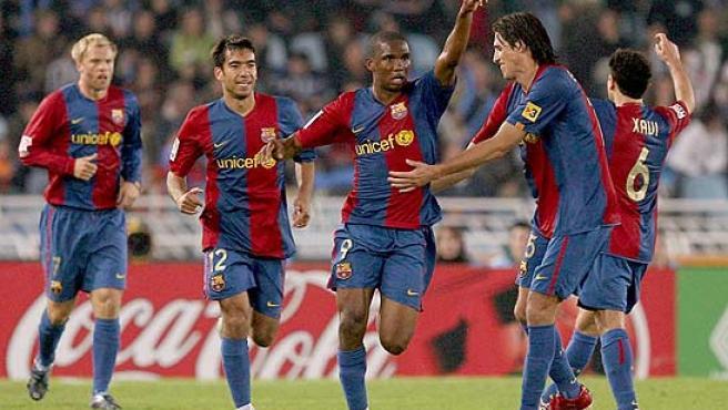 Eto'o celebra el gol con sus compañeros. (Efe)
