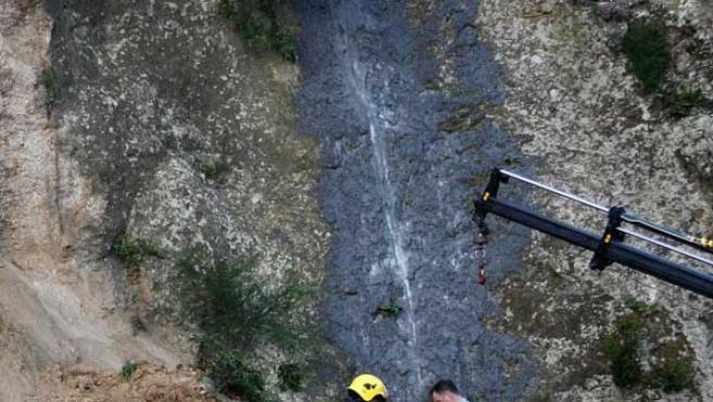 Los bomberos rescatan el cuerpo del fallecido. (Foto: EFE)