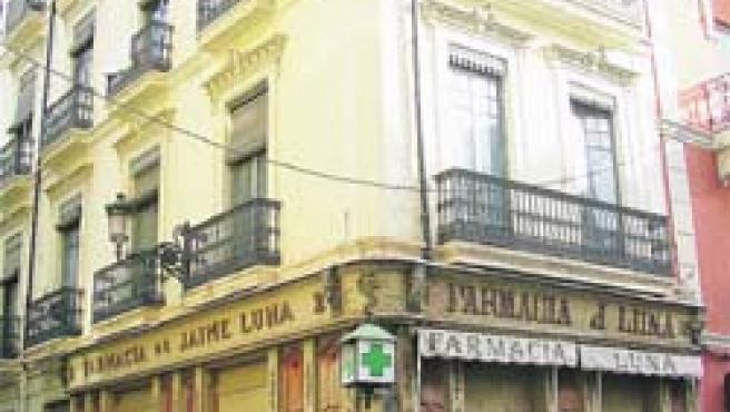 Fachada de la farmacia Luna, antes del derribo. Arriba, restos del friso, una vez destruido. (F. González)