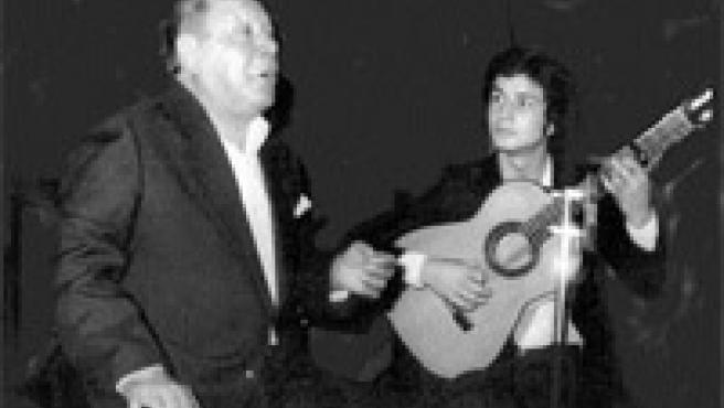Tío Gregorio, El Borrico, al cante, acompañado por Gerardo Núñez, a la guitarra, en 1987 (Archivo).