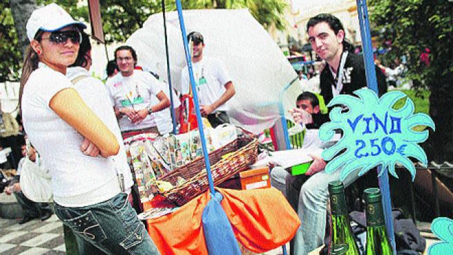 Las plazas del Duque y de la Concordia acogieron una Feria Solidaria en la que se citaron más de mil alumnos de Secundaria y Formación Profesional (A. G.).