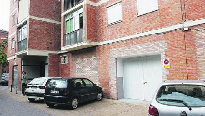 Este bajo de la calle doña Enriqueta cobija un nuevo local para vehículos de Limasa, según los vecinos (M. Mesa).