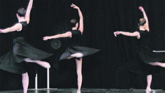 Bailarinas noveles actúan en una de las ediciones anteriores.