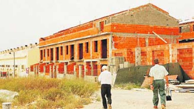 Las viviendas están sin tocar desde hace tres años. Está previsto que otra constructora las acabe. (Paco Llopis).