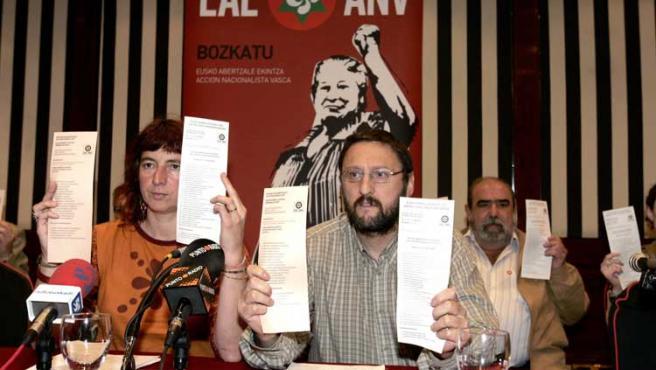 Miembros de ANV, con sus papeletas en la mano, en un momento de una rueda de prensa en Bilbao.