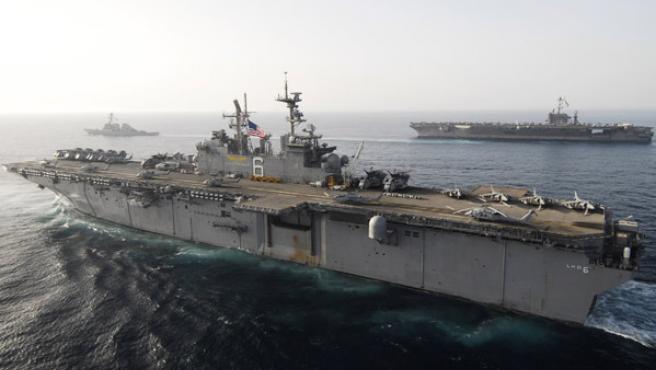 Dos portaaviones navegan en aguas del estrecho de Ormuz escoltados por varias fragatas REUTERS/U.S. Fifth Fleet