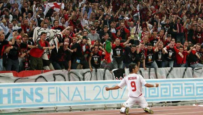 Filippo Inzaghi del Milan celebra su gol contra el Liverpool. (Efe)