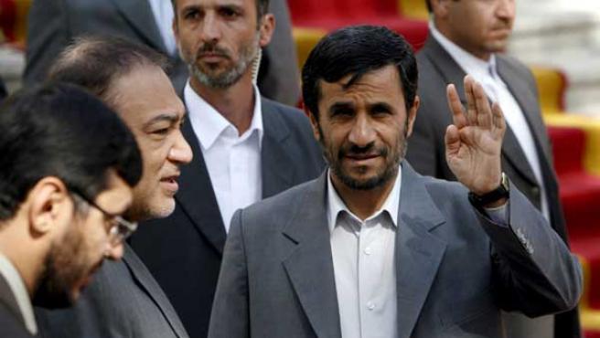 Mahmud Ahmadineyad saluda a los reporteros. (Foto: EFE)