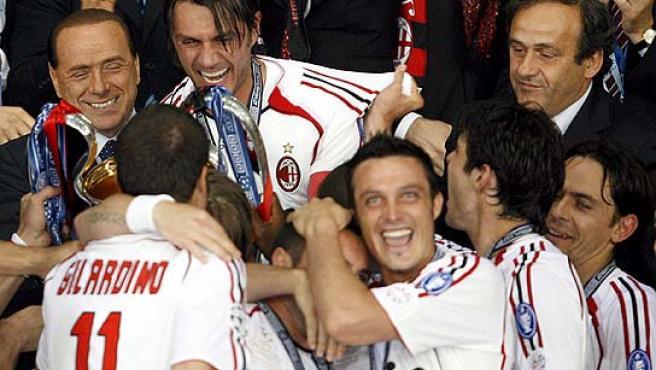 Maldini junto a Berlusconi en el palco. (Efe)