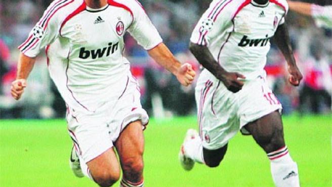 Andrea Pirlo celebra el primer gol de su compañero Filippo Inzaghi.(Efe)