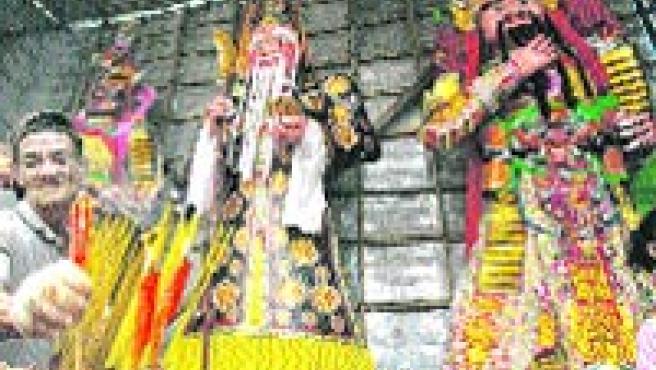 Celebran un espectáculo religioso para lograr la paz del espíritu.(Reuters)