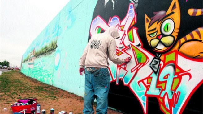 Un enorme graffiti pintado en un muro de 210 metros por once jóvenes aficionados. (Pablo Elías)