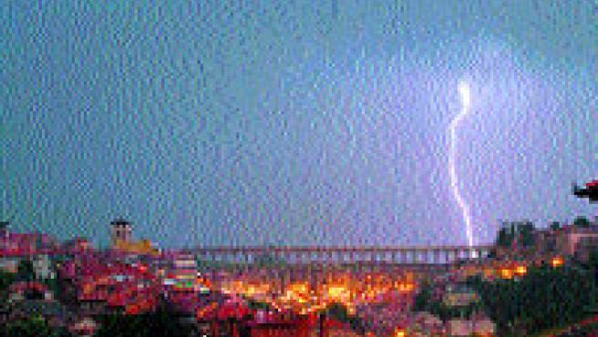 Un rayo cae en la tarde del martes en Segovia, tras el acueducto. (Efe)