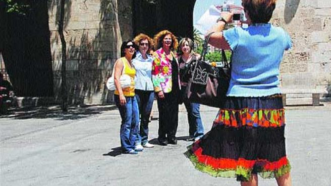 Carmen Alborch, posa sonriente junto con sus fans. (Begoña Gómez).