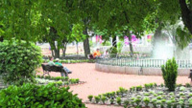 El alcalde visitó ayer las obras de rehabilitación de los Jardines del Genil (Torres).