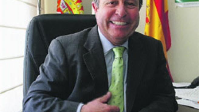 Lleva las riendas de la ciudad desde 2003, aunque antes fue delegado del Gobierno en Andalucía, parlamentario, senador...