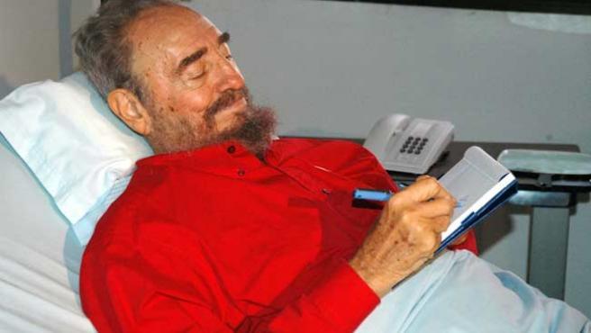 Fidel Castro, en la habitación de su hospital. (ARCHIVO)