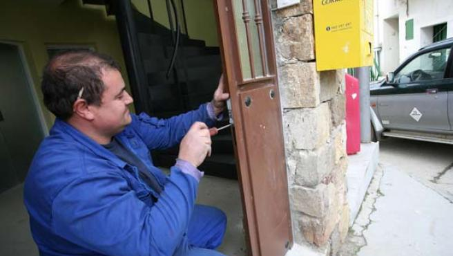 Muchos empleados de fincas sacan un sobresueldo con pequeños arreglos. (SERGIO GONZÁLEZ).