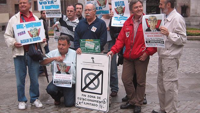 Los vecinos antiparquímetros,manifestándose ayer en la Plaza de laVilla (J. F)