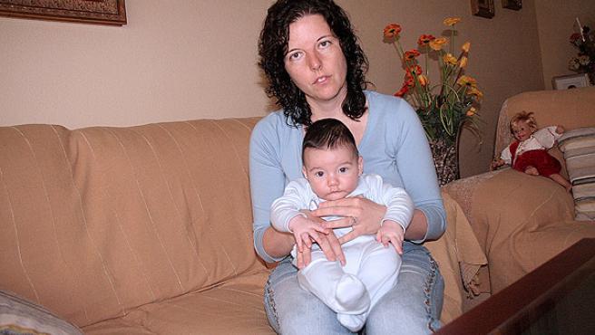La madre, en casa, con su bebé, tendrá que trabajar el domingo en una mesa electoral (RUBÉN HERNÁNDEZ)