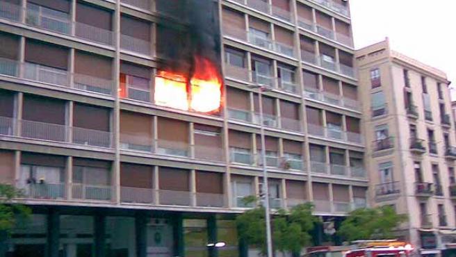 El incendio se ha producido en el tercer piso de un edificio de la calle Francesc Cambó. (Jordi Cotrina)