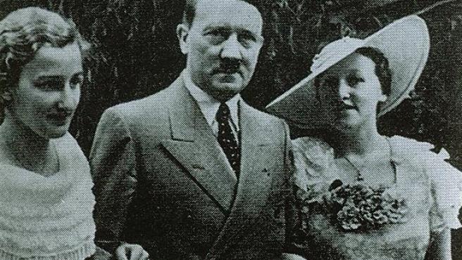 Hitler junto a Winifred Wagner, directora del festival de Bayreuth, en una imagen oficial. (delpla.org)