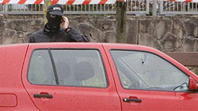La Ertzaintza inspecciona el vehículo particular del candidato socialista José Antonio Elola.EFE/Juan Herrero