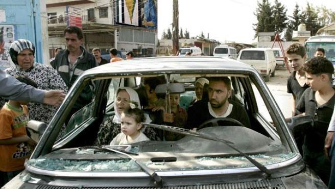 Una familia palestina llega al campo de refugiados de Al Bedawi, después de su huida de Nahr al Bared, (EFE/NABIL MOUNZER)