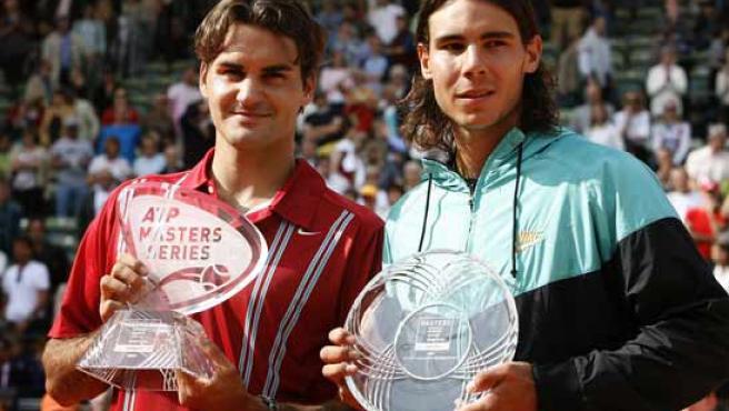 Nadal y Federer posan con los trofeos en Hamburgo.