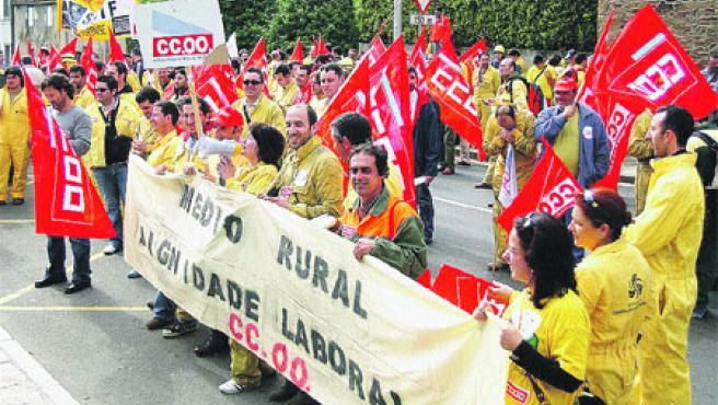 Unos 350 trabajadores del Servicio de Defensa Contraincendios se concentraron hoy ante la Xunta.(Efe)