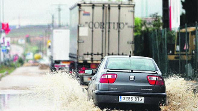 Diversas zonas de la ciudad, como la avenida Salamanca (en Arroyo), tenían ayer balsas de agua. (Pablo Elías)
