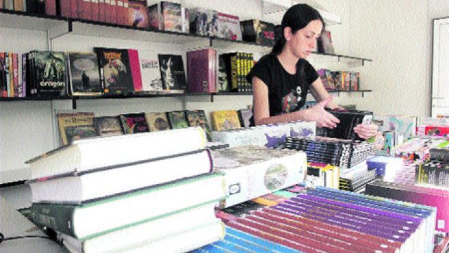 A punto. Los libreros ya tienen sus expositores preparados con las últimas novedades literarias (Martín Mesa).