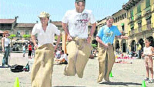 La cursa de sacs, un clàssic dels jocs de carrer. (Poble Espanyol)