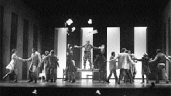 Treinta actores salen al escenario en una obra que salta de Lisboa a La Habana con ayuda de la luz y el vestuario.
