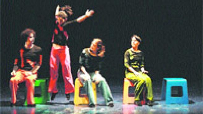 Los actores de Nats Nens atrapan desde el principio al público con sus juegos y demostraciones. El cuerpo es el único vehículo comunicativo.
