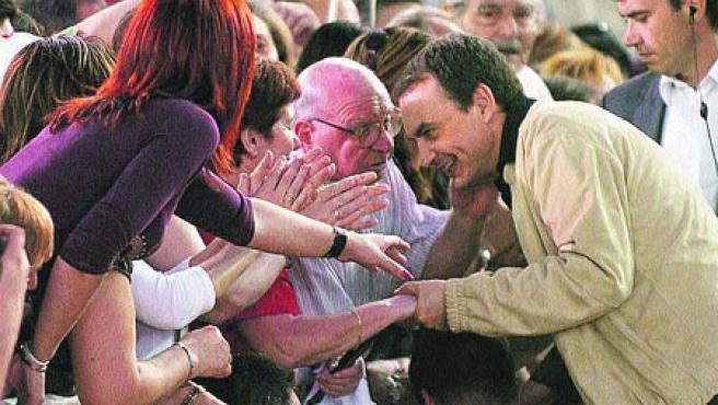 En Zaragoza. Zapatero, saludando a los asistentes al mitin.(Efe)