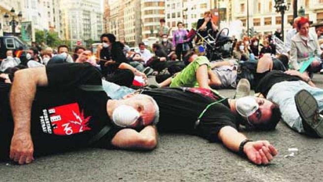Vecinos se concentraron ayer frente al Ayuntamiento de Valencia. (Paco Llopis).