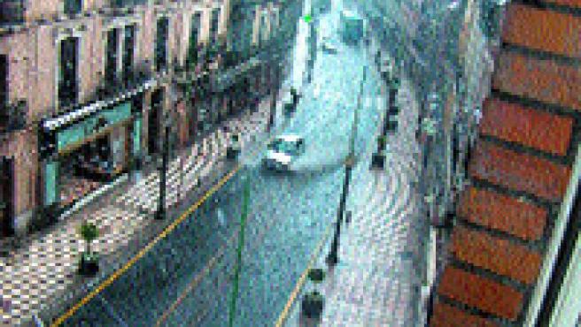 Durante unos minutos, la calle Reyes Católicos se convirtió ayer en un auténtico río (J. M.).