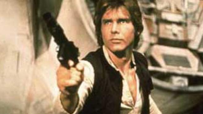 Han Solo con la pistola que utiliza en La Guerra de las Galaxias.