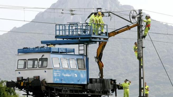 Operarios de RENFE reparan los daños causados por el acto de sabotaje perpetrado la pasada madrugada. (Foto: EFE)