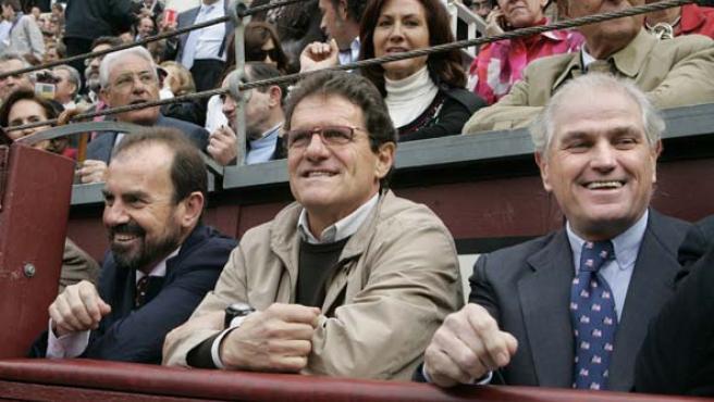 El presidente del Getafe, Ángel Torres (i), Fabio Capello (c) y el presidente del Real Madrid, Ramón Calderón (d), en una corrida de toros en Las Ventas. Eran otros tiempos. (Archivo)