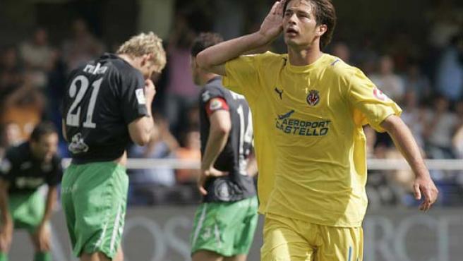 Alessio Tacchinardi (d), celebra su gol ante los jugadores del Racing de Santander (Efe).
