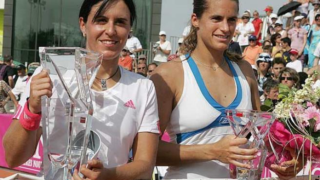 La tenista Anabel Medina (i) y la francesa Amelie Mauresmo (d) posan con sus trofeos tras la final del torneo de tenis de Estrasburgo (Efe).