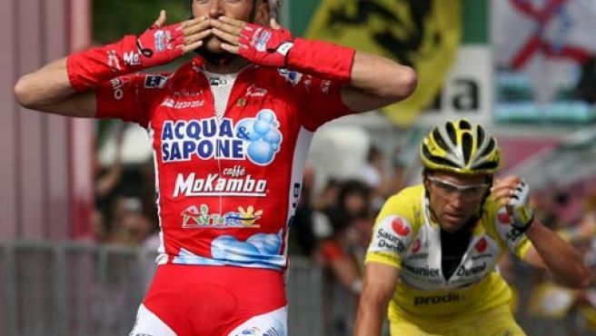 El italiano Stefano Garzelli celebra su victoria cuando cruza la línea de meta para ganar la decimocuarta etapa del Giro de Italia (Efe)