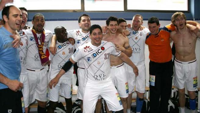 La plantilla del Balonmano Ciudad Real festeja en el vestuario la victoria en la cancha del Antequera que le da matemáticamente el título de campeón de la Liga Asobal (Efe).