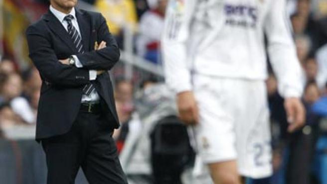 El centrocampista inglés del Real Madrid, David Beckham (d), y el entrenador italiano Fabio Capello (i), durante el partido frente al Deportivo de La Coruña (EFE).