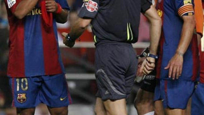 Ronaldo de Assís Moreira ''Ronaldinho'' (i), protesta al árbitro Alfonso Pérez Burrull (c), tras mostrarle la tarjeta roja (Efe)