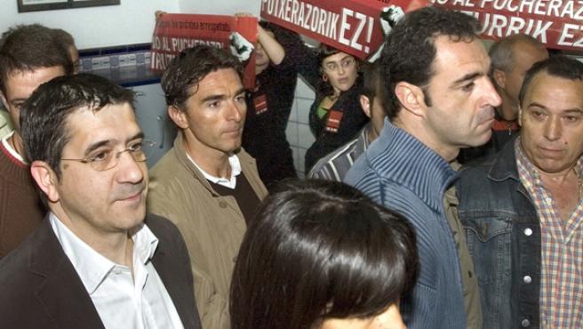 Grupos de personas protestan dentro de los colegios electorales.